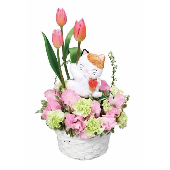 花キューピット加盟店 店舗名:札幌花ふじ フラワーギフト商品番号:511933 商品名:三毛猫のマスコット付きアレンジメント